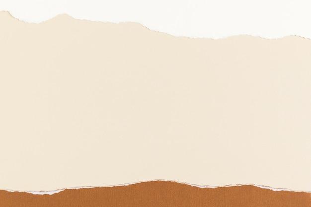 Fondo de tono de tierra hecha a mano de marco de artesanía de papel beige rasgado
