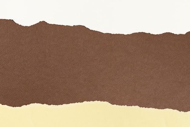 Fondo de tono de tierra hecha a mano de marco de artesanía de papel marrón rasgado