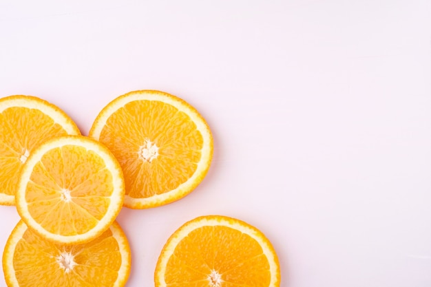 Fondo tropical rodajas de naranja frutas, vista superior, espacio de copia