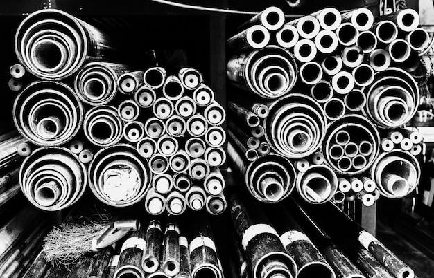 Fondo de tubos de acero en escala de grises