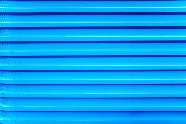 Fondo urbano de líneas metálicas azules paralelas.