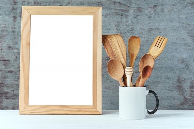 Fondo de utensilios de cocina con un espacio en blanco, copia blanco