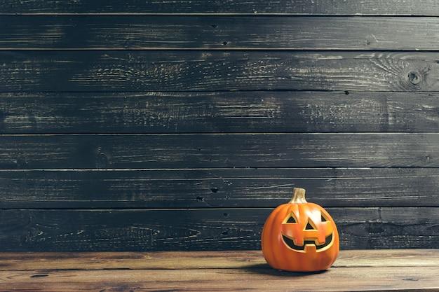 Fondo de vacaciones de halloween con calabaza en mesa de madera