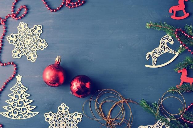 Fondo de vacaciones - juguetes de navidad y cuentas con ramas de árboles de navidad