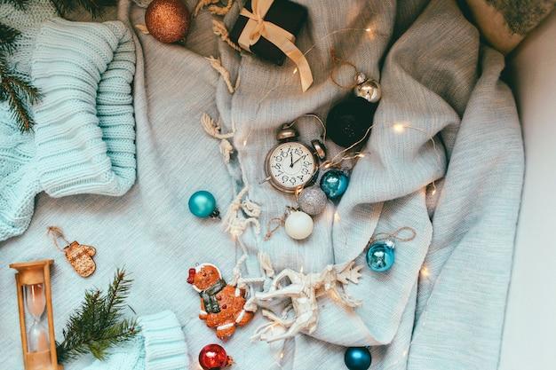 Fondo de vacaciones de navidad y año nuevo y fondo de pantalla. juguetes de decoración navideña