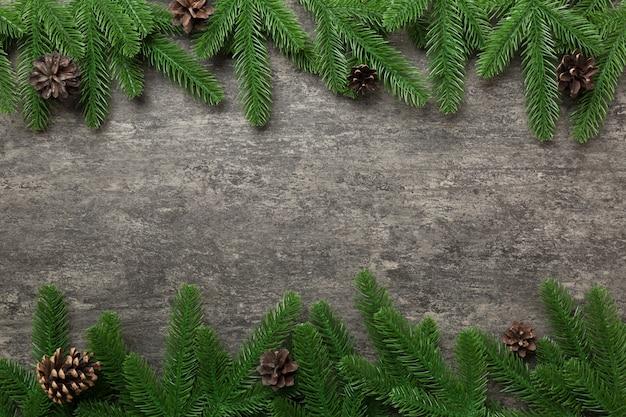 Fondo de vacaciones de navidad con espacio de copia de texto publicitario. ramas de abeto y cono de pino sobre fondo de color. endecha plana, vista superior