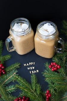 Fondo de vacaciones de navidad con marshmellou de cacao caliente. la inscripción feliz año nuevo