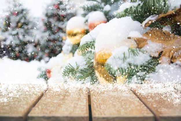 Fondo de vacaciones de navidad con mesa vacía