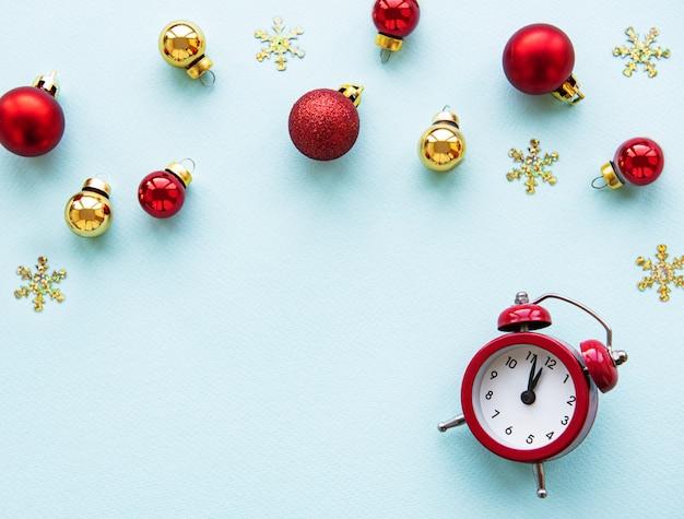 Fondo de vacaciones de navidad con reloj despertador y bolas