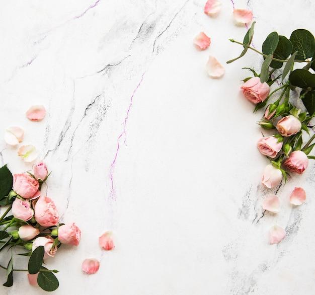 Fondo de vacaciones con rosas rosadas