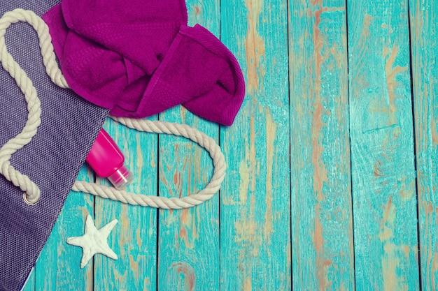 Fondo de vacaciones de verano con artículos de playa
