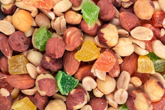 Fondo de varias nueces y frutas confitadas de cerca