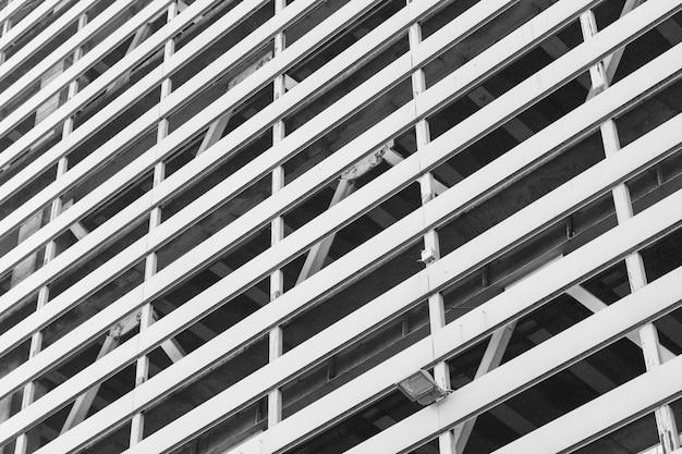 Fondo de la ventana de un alto edificio residencial de varios pisos.