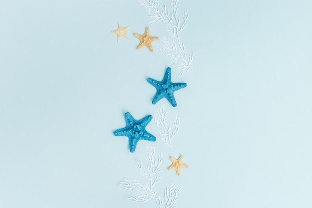 Fondo de verano con colorida estrella de mar y coral blanco