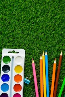 Fondo de verano el concepto de pasatiempos infantiles y útiles escolares.
