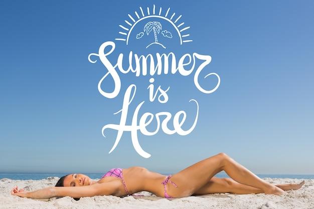 Fondo de verano con una mujer en bikini