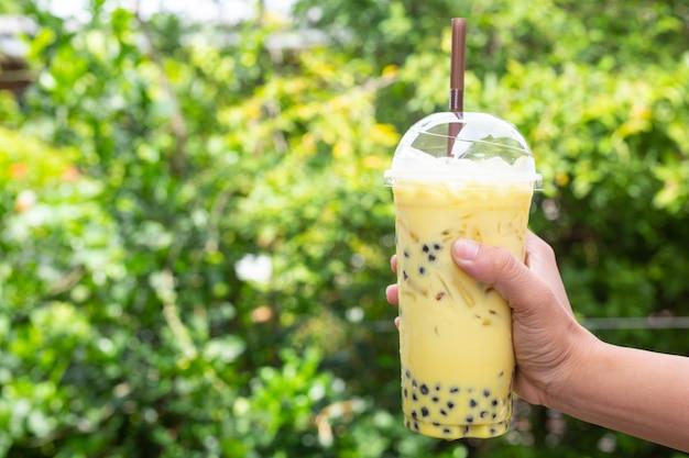 Fondo verde, té verde y árboles bokeh.