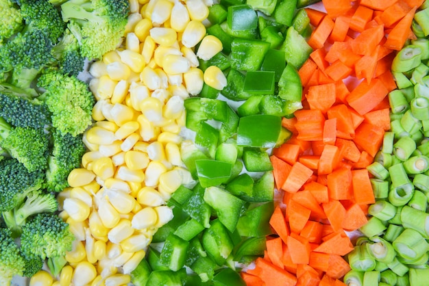 Fondo de verduras y frutas alimentos saludables para la vida frutas frescas variadas verduras amarillas y verdes selección mixta varios brócoli pimiento zanahoria rodaja de maíz y frijoles de patio para la salud