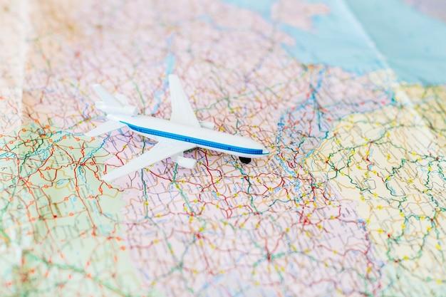 Fondo de viaje con avión en mapa