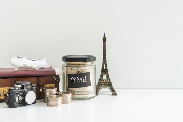 Fondo de viaje, turismo y planificación de vacaciones, primer plano, copia espacio sobre fondo blanco.