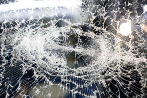 Fondo de vidrio de espejo de coche delantero roto