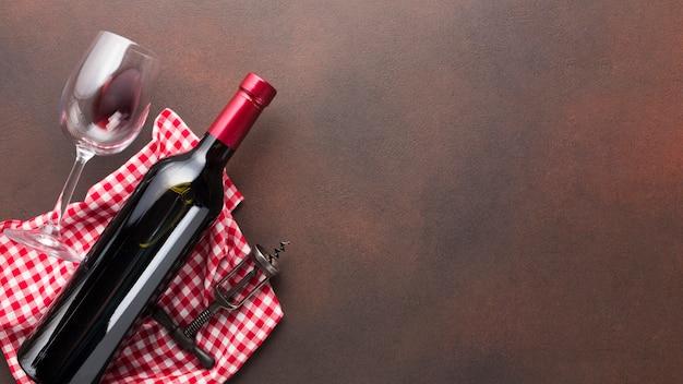Fondo vintage con botella roja de vino