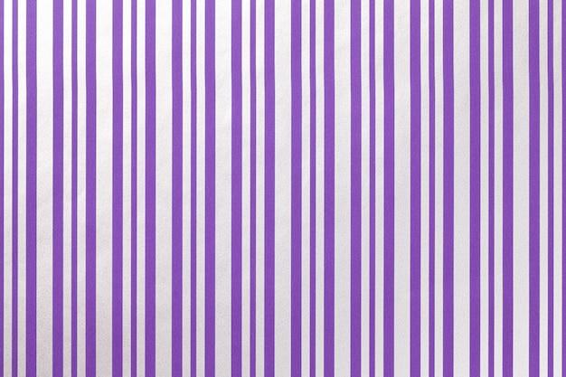 Fondo violeta claro y gris de envolver papel rayado.