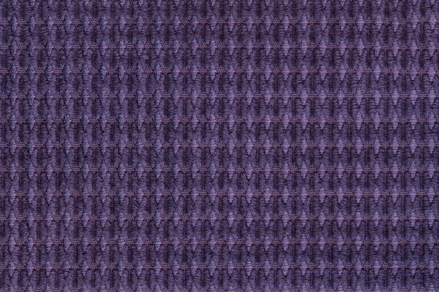 Fondo violeta oscuro de suave tejido lanoso de cerca. textura de macro textil