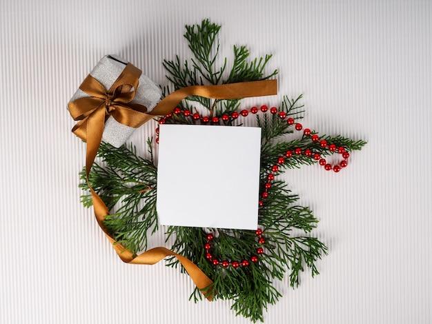 Fondos de árboles de navidad, diseño creativo hecho de ramas de árboles de navidad con nieve y nota de tarjeta de papel. endecha plana. concepto de año nuevo de naturaleza.