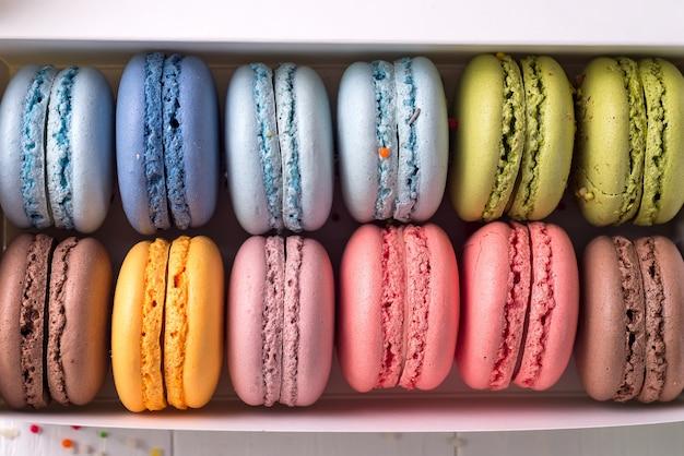 Fondos de macarrones franceses coloridos, endecha plana. concepto de fiestas y celebraciones.