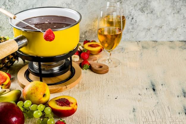 Fondue de chocolate con frutas y bayas