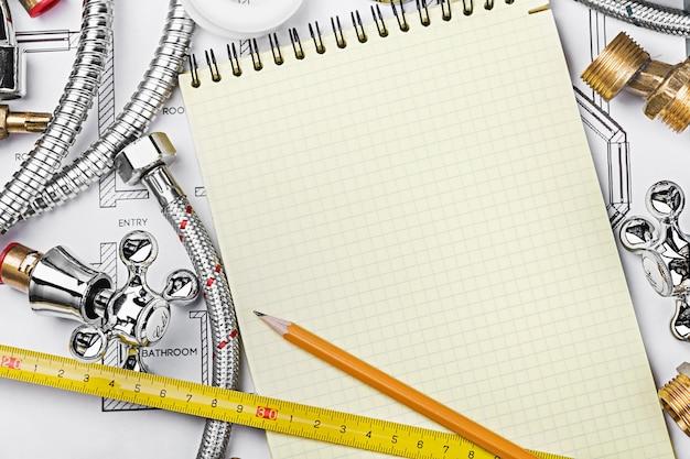 Fontanería y herramientas con un cuaderno