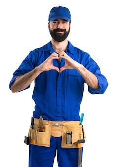 Fontanero haciendo un corazón con sus manos