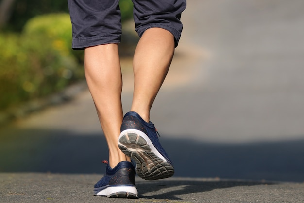 Foot of back hombres jogger al aire libre en el parque estilo de vida para hacer ejercicio en la mañana bien saludable
