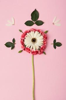 Forma abstracta hecha de flores de colores vista superior