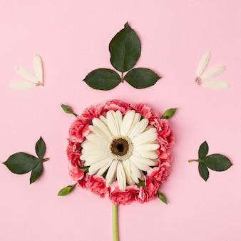 Forma abstracta hecha de primer plano de flores de colores