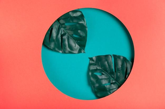 Forma artística de papel geométrico con hojas
