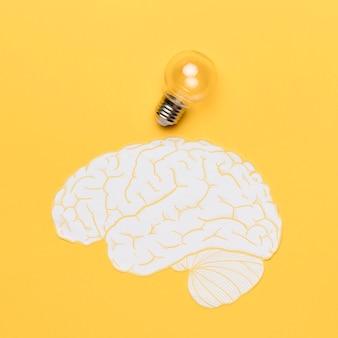 Forma de cerebro con bombilla