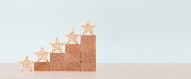 Forma de cinco estrellas de madera en la mesa