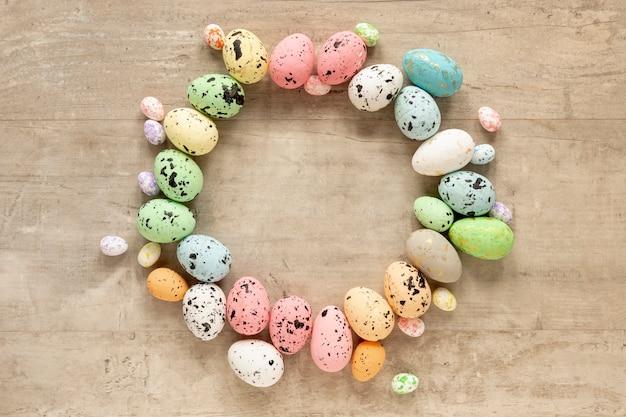 Forma circular hecha de huevos de pascua