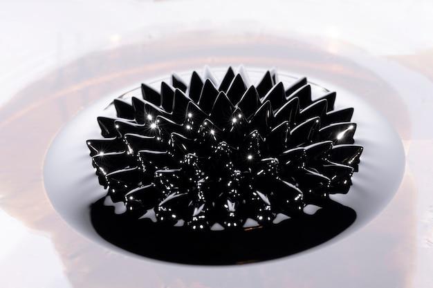 Forma completa del fenómeno ferrofluídico magnético