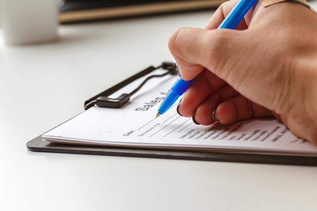 Forma de contrato, venta y compra de concepto de casa o condominio