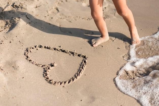 Forma de corazón de alta vista dibujada en la arena