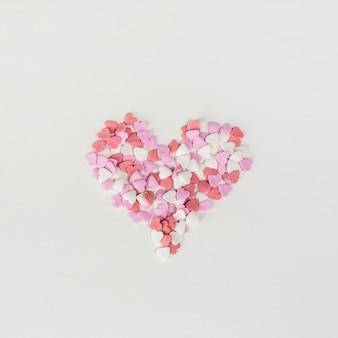 Forma de corazón grande hecha de corazones pequeños.