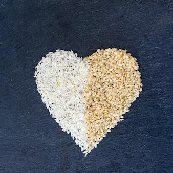 Forma de corazón de granos de arroz en la mesa