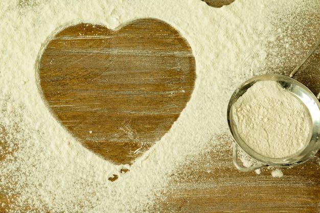 Forma de corazón en la harina cernida
