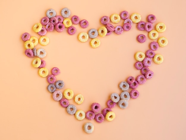 En forma de corazón hecha con aros de frutas