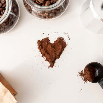 Forma de corazón hecha de café en polvo