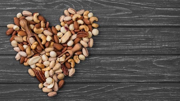 Forma de corazón hecha de espacio de copia de nueces