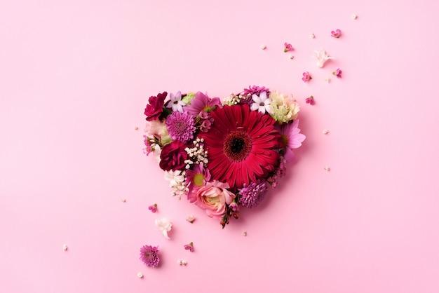 Forma de corazón hecha de flores de primavera.